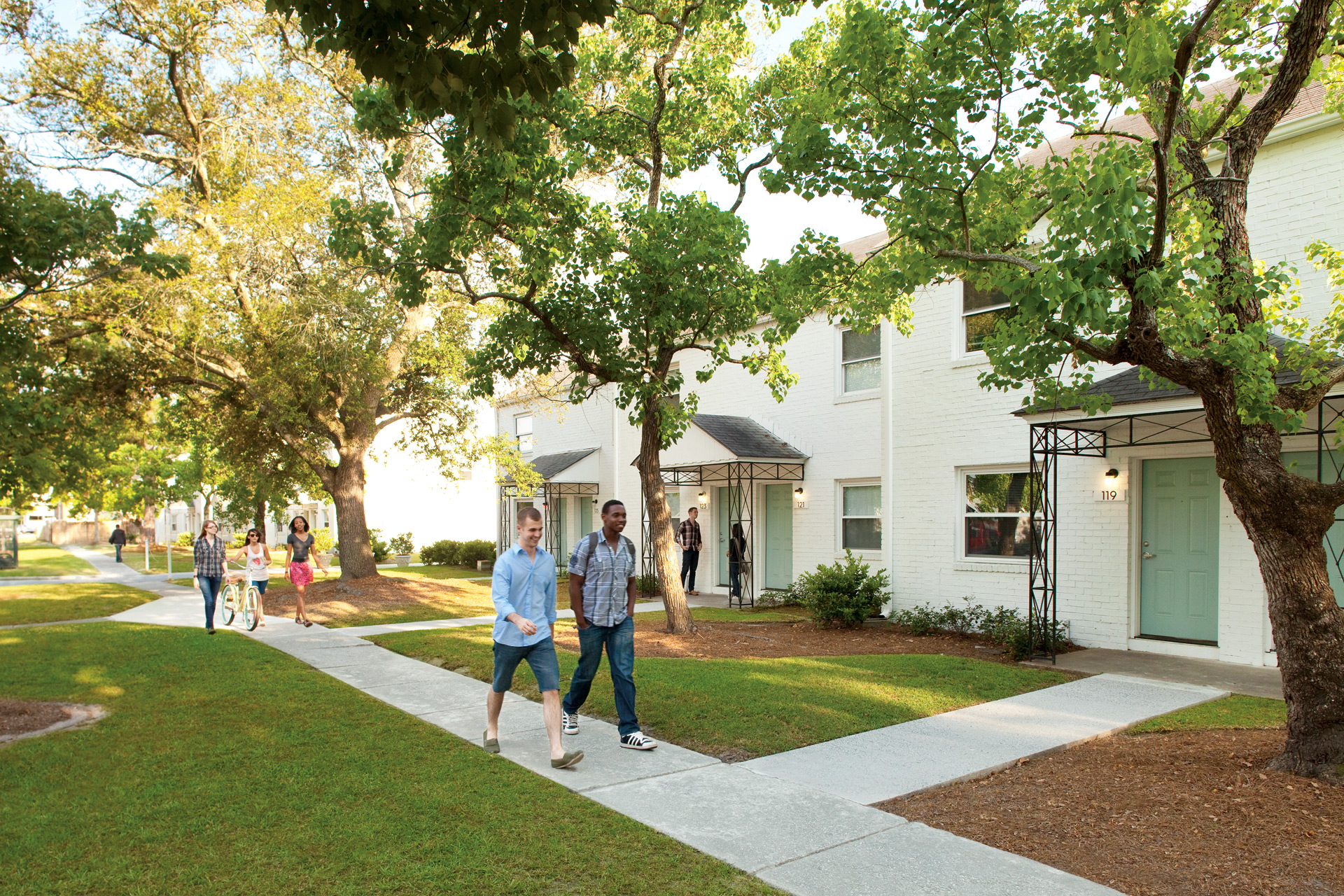 Residence life and housing hosts tour of homes at scad for Apartments near savannah college of art and design