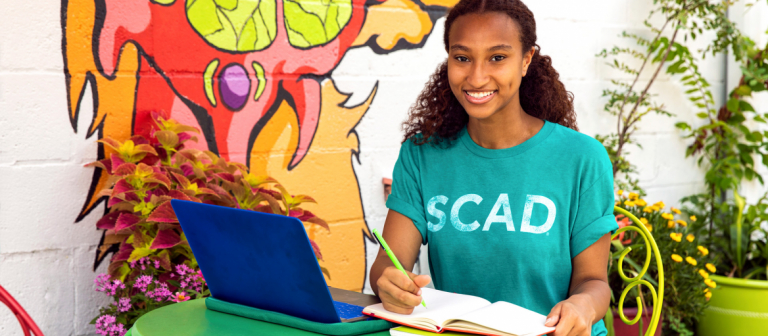 SCAD eLearning student works at a cafe